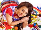 Kunstenaar vrouw met verf palet. — Stockfoto