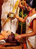 在吠陀水疗中心有面具的女人. — 图库照片