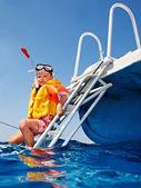 快乐的孩子在游艇上. — 图库照片