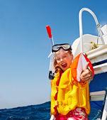 счастливый ребенок на яхте. — Стоковое фото