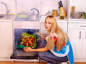 Woman cooking chicken at kitchen. — Foto Stock