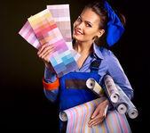 Builder kvinna med tapeter. — Stockfoto
