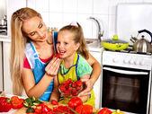 Moeder feed kind op keuken. — Stockfoto