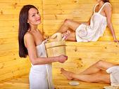 Frau entspannung in sauna. — Stockfoto