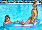 Família na piscina. — Foto Stock