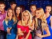 Grupo de personas bailando en fiesta. — Foto de Stock
