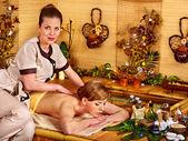 Kobieta coraz masażu w spa bambusa. — Zdjęcie stockowe