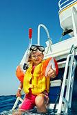 Lyckligt barn på yacht. — Stockfoto