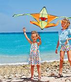 Mädchen spielen mit kite — Stockfoto