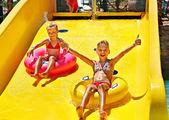 アクアパークの水スライドで子. — ストック写真