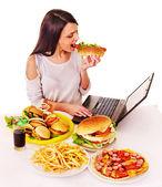 Femme, manger de la malbouffe. — Photo