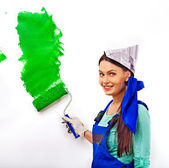 женщина краской стены дома. — Стоковое фото