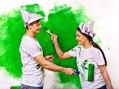 Lyckliga paret med rullar — Stockfoto