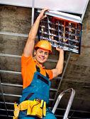 Hombre que instala el techo suspendido — Foto de Stock