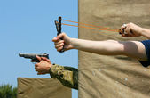 Pistola vs honda — Foto de Stock