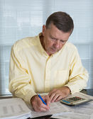 Senior man preparing USA tax form 1040 for 2012 — Foto Stock