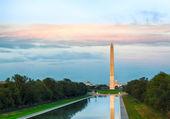 Setting sun on Washington monument reflecting — Stock Photo