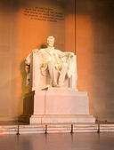 Sun at dawn illuminates Lincoln statue — Stock Photo