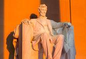 Sun at dawn illuminates Lincoln statue — Stock Photo