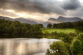 Solnedgång vid loughrigg tarn i lake district — Stockfoto