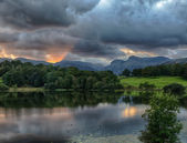 Zonsondergang in lake district tarn loughrigg — Stockfoto