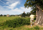 Church St James across meadow in Chipping Campden — Stock Photo
