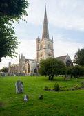 Kilise ve burford mezarlıkta — Stok fotoğraf