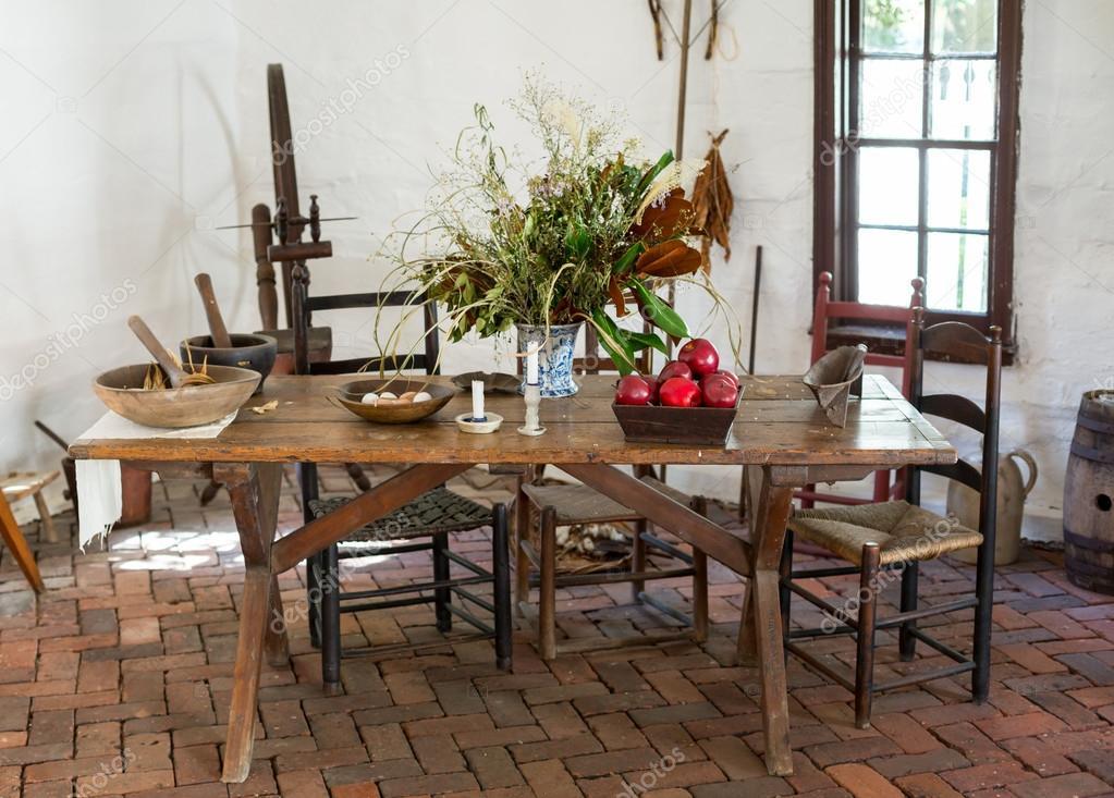 Antigua mesa de cocina colonial antigua foto de stock - Mesas antiguas de cocina ...