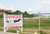 Warning sign at Princess Juliana airport — Stock Photo