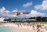 Airplane lands at Princess Juliana airport — Stock Photo