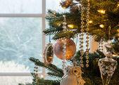 Decoraties op kerstboom detail — Stockfoto