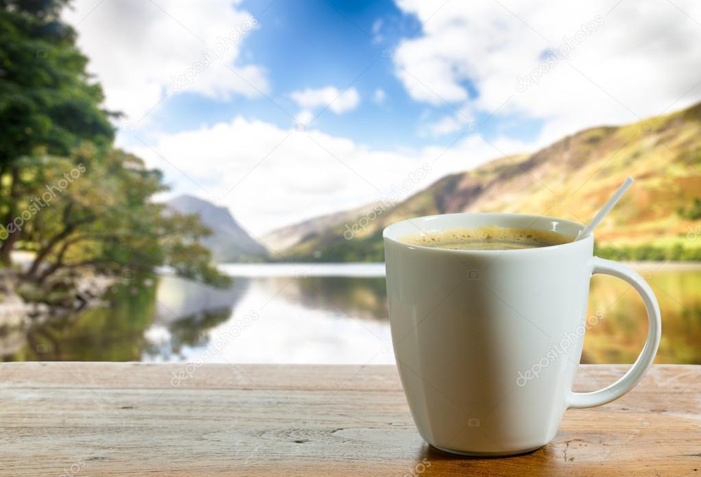 Fili ank kawy na drewnianym stole nad jeziorem zdj cie for Nauka coffee table