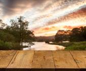 Stary drewniany stół lub chodnik przez jezioro — Zdjęcie stockowe