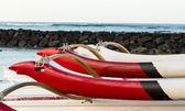 Sunrise over hawaiian canoes from Waikiki Hawaii — Stock Photo