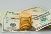 Pila di biglietti da venti dollari con monete d'oro — Foto Stock