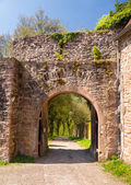 Archway and gate in old castle wall — Stock Photo