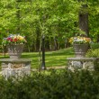 Two flower urns in sunlit garden — Stockfoto