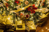 Beautiful xmas tree with focus on details of gifts — Stok fotoğraf