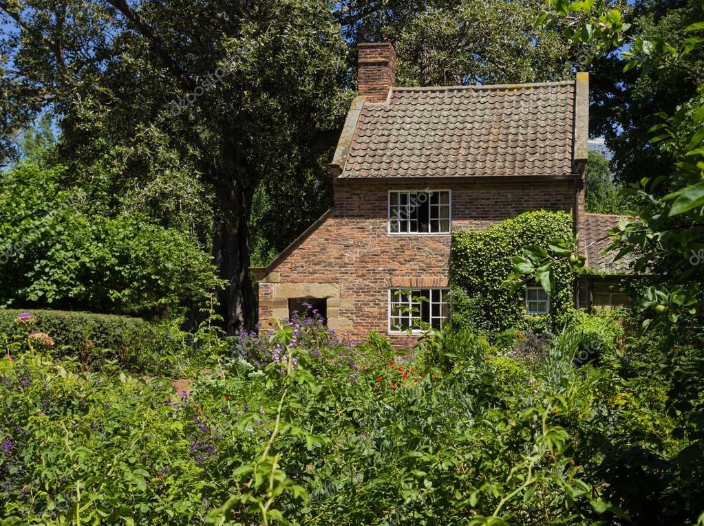 Bauerngarten von kleinen backstein haus stockfoto 40638575 for Brick cabin
