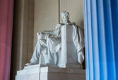 President Lincoln statue with pillars lit — Stock Photo