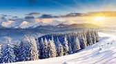 Majestuoso atardecer en las montañas de invierno — Foto de Stock