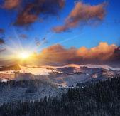 Zonsondergang in de winter-bergen — Stockfoto