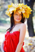 Woman in the autumn park — Stockfoto