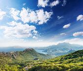 Berge landschaft und blauer himmel — Stockfoto