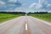 Carretera con cielo nublado y la luz del sol — Foto de Stock