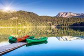 Horské jezero a čluny — Stock fotografie