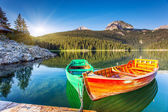 Reflection in water of mountain lakes and boats. — Stock Photo