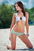 Vrouw op strand — Stockfoto