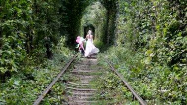 Mädchen zu fuß entlang der waldbahn. — Stockvideo