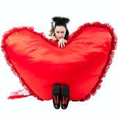 Uma garota com um coração em forma de almofadas. — Fotografia Stock